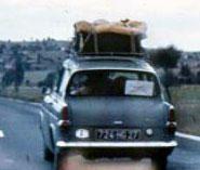 Sur la lunette arrière de l'Anglia , l'emblème de l'expédition ...