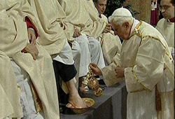 benedictxvi.washing.jpg