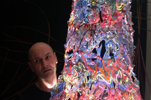 exposition art contemporain, vernissage et les invités à la galerie du chien noir Paris 20. Expo lili-oto chez Rémi. Installation artistique, chimère et gargouille, ethnologie de l'insignifiant ou l'âme des guerriers.