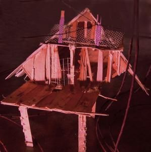 Installation vidéo Lili-oto février 2007 avec des Cabanes Tchanquées, bois de cagettes récupérées le dimanche sur le marché du Colbert le long de la Garonne, grillage metallique et filet. Les Cabanes Tchanquées sont reliées entre elles avec du fil d'écosse tressé