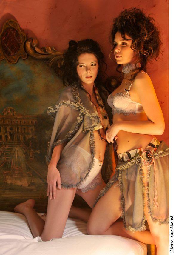 femme en bas nylon, corset et porte-jarretelles. Lescarpin porte des porte-jarretelles
