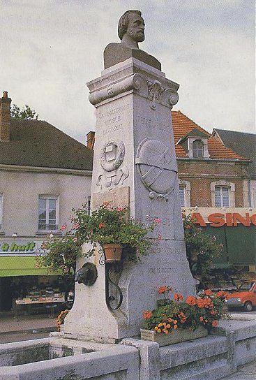 Toucy-Statue-Pierre-Larousse.jpg