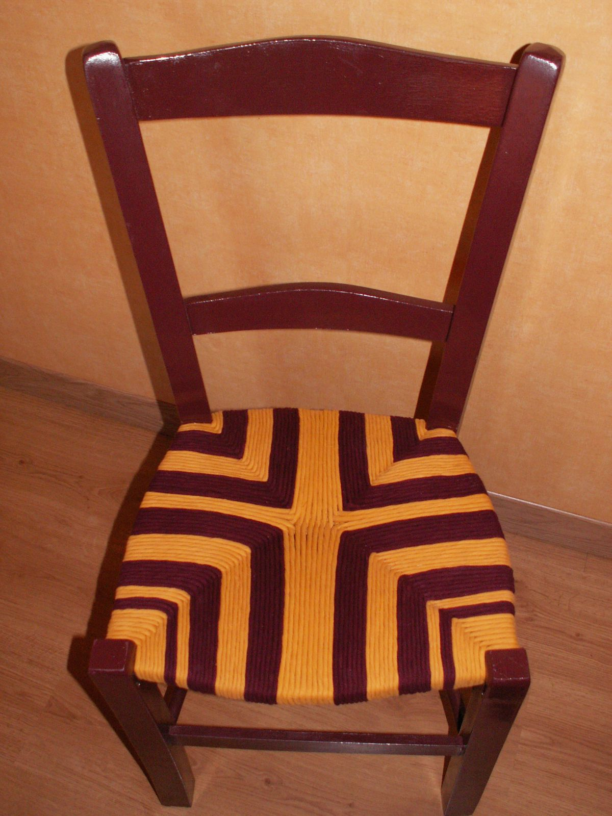 Quel Tissu Pour Chaise rempaillage de chaises avec du tissu - le blog de malibi