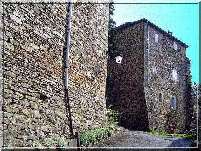 Des murs massifs