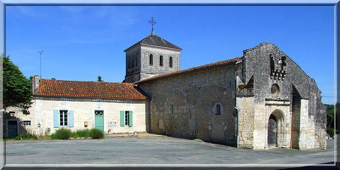 Une longue église au portail bien défendu
