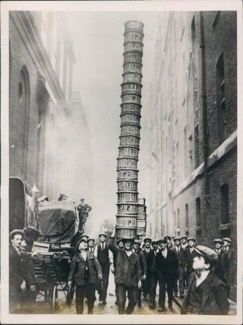 Basket-Jim-does-his-thing-in-Covent-Garden--London--in-1930.jpg
