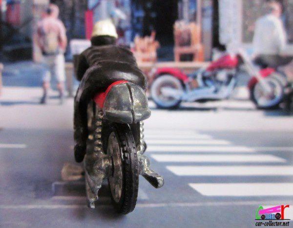 moto-miniature-rouge-inconnue-avec-pilote-noir-casque-blanc