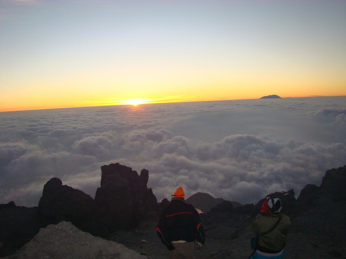 Le Merapi est le volcan le plus dangereux d'Indonésie. Il menace la ville de Jogyakarta, troisième ville du pays. Le Merapi est un volcan constitué d'un dôme de lave visqueuse qui produit des nuées ardentes qui peuvent être dévastatrices. Mer