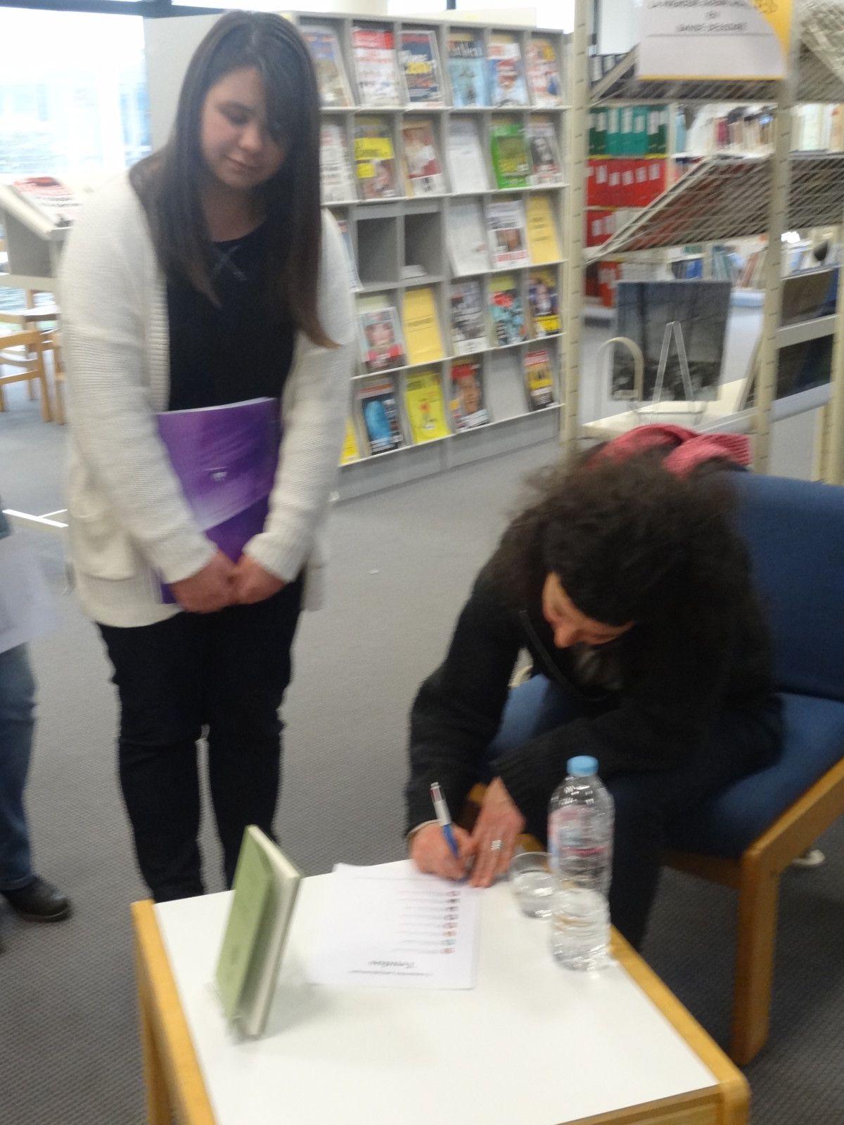 Le 20-02-14, les lycéens d'i-voix ont rencontré Albane Gellé, auteure du recueil Si je suis de ce monde, au CDI du lycée de l'Iroise : lectures, échanges, dédédicaces ... Voici quelques images de la rencontre.