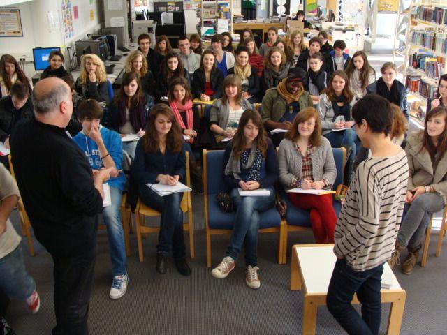 """Le 5 décembre 2011, au CDI du lycée de l'Iroise, les lycéens d'i-voix ont rencontré Isabelle Damotte, auteur du recueil """"On ne sait pas si ça existe les histoires vraies"""" (Cheyne Editeur)"""