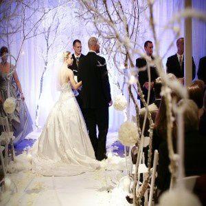 deco-eglise-mariage-tapis-blanc-boule-fleur.jpg