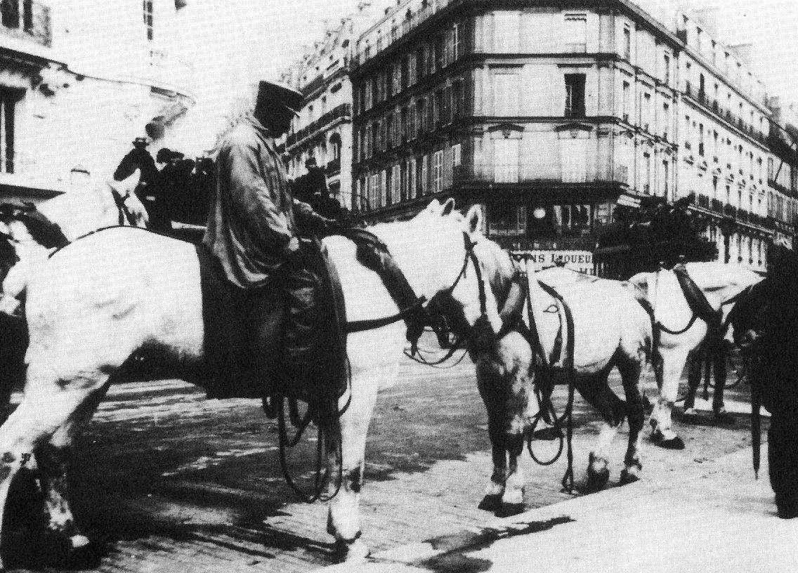 Voitures des différentes entreprises de transport publiques et de location avant la création en 1855 de la Compagnie générale des omnibus dont, quelques voitures sont aussi présentées en situation.