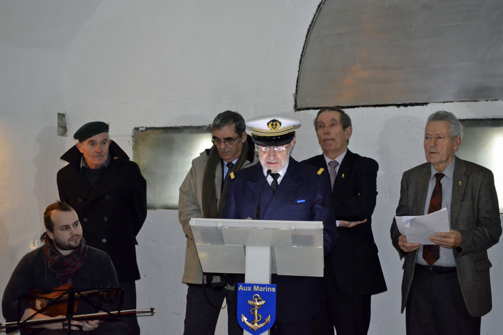 Moment de recueillement à l'occasion de la venue au Mémorial de l'Association Centrale des Officiers de Réserve de l'Armée de Mer (ACORAM). Photogaphies association Aux Marins : Raymonde Rupin et Marie-Renée Cren