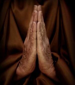 les-mains-d-un-moine-en-priere
