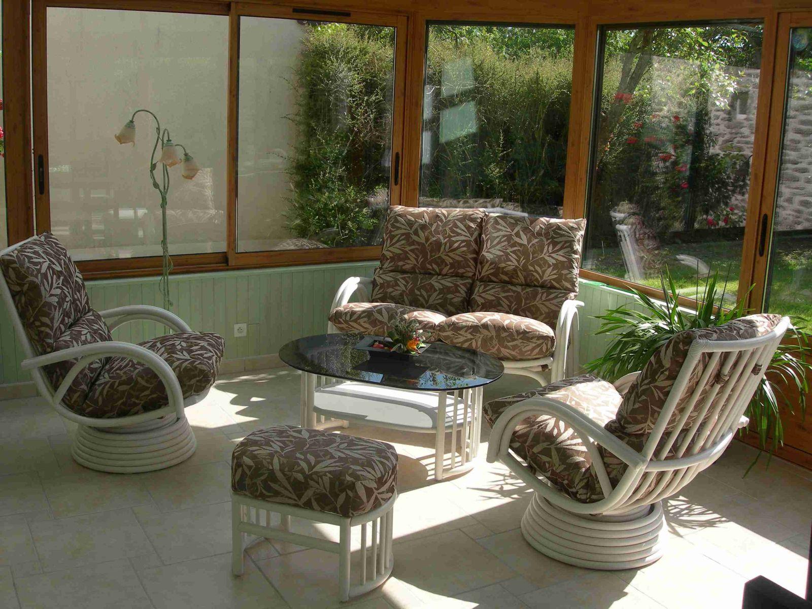 de nombreux modeles de salons en rotin et de sejours en rotin présentés en veranda.