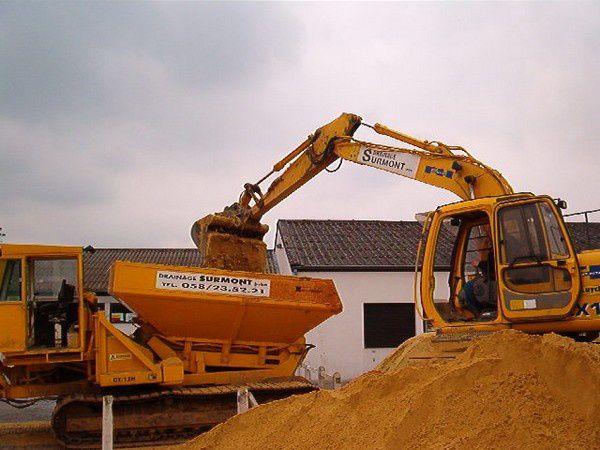 Le-remplissage-de-la-tremie-du-bulldozer.2.jpg