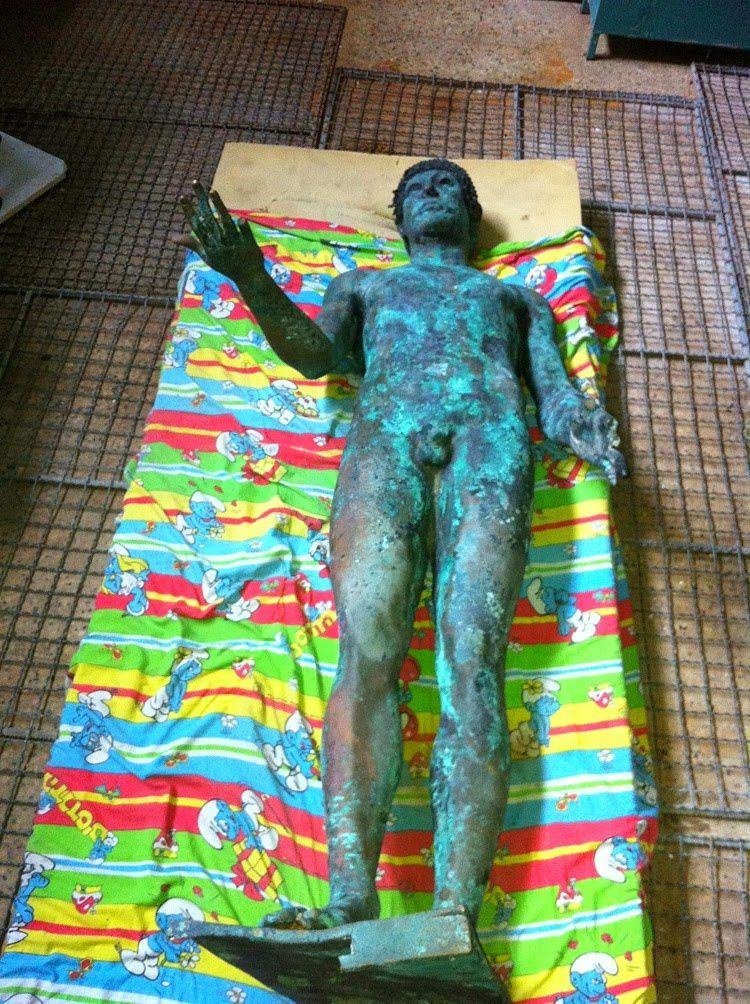 Une-mysterieuse-statue-en-bronze-du-dieu-grec-Apollon-dec.jpg