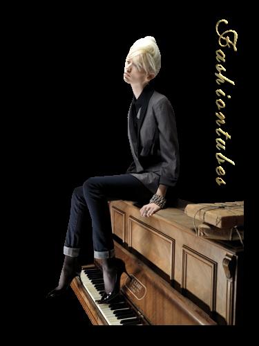 femme-blonde-veste-pantalon--piano.png