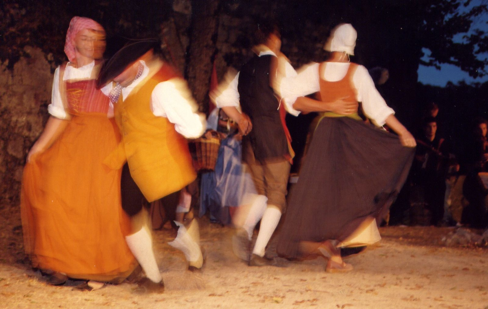 Premier spectacle des Mattagumber au château de Ferrette, les 20-21-27-28 août 2003. En trois tableaux :  I. La journée de travail II. Le crépuscule des elfes III. La nuit des sorcières